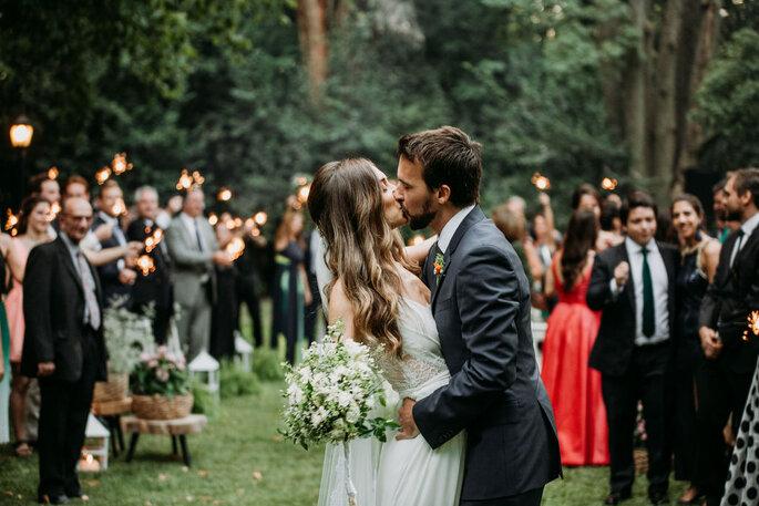 pareja besandose boda
