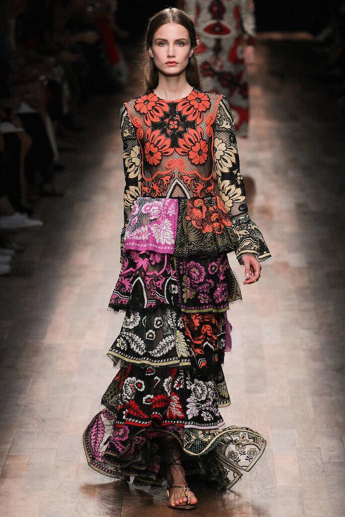 Vestidos de fiesta con estampados coloridos inspirados en los años 70 - Valentino Facebook Oficial