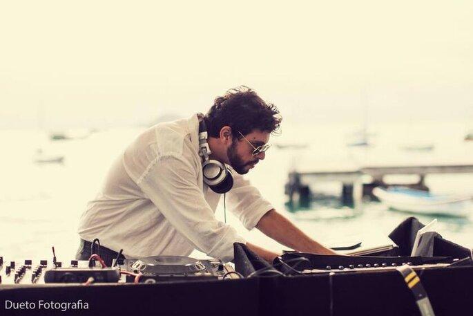 Claudinho Macedo DJ confere a playlist do dia