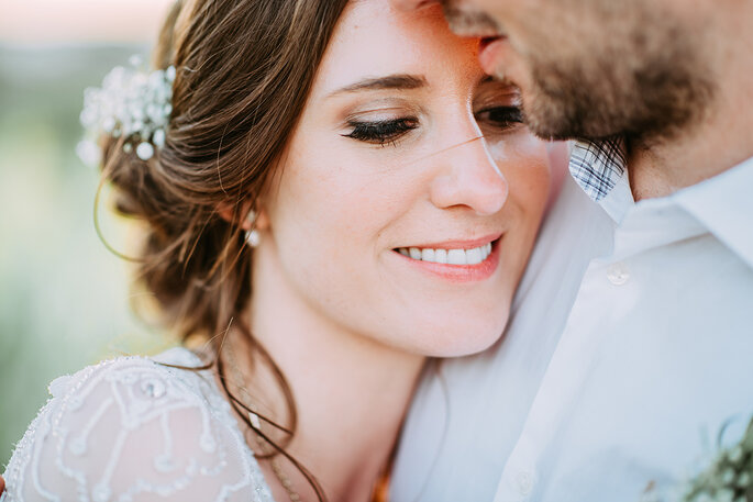 grande plano noiva bonita cabeça no ombro do noivo