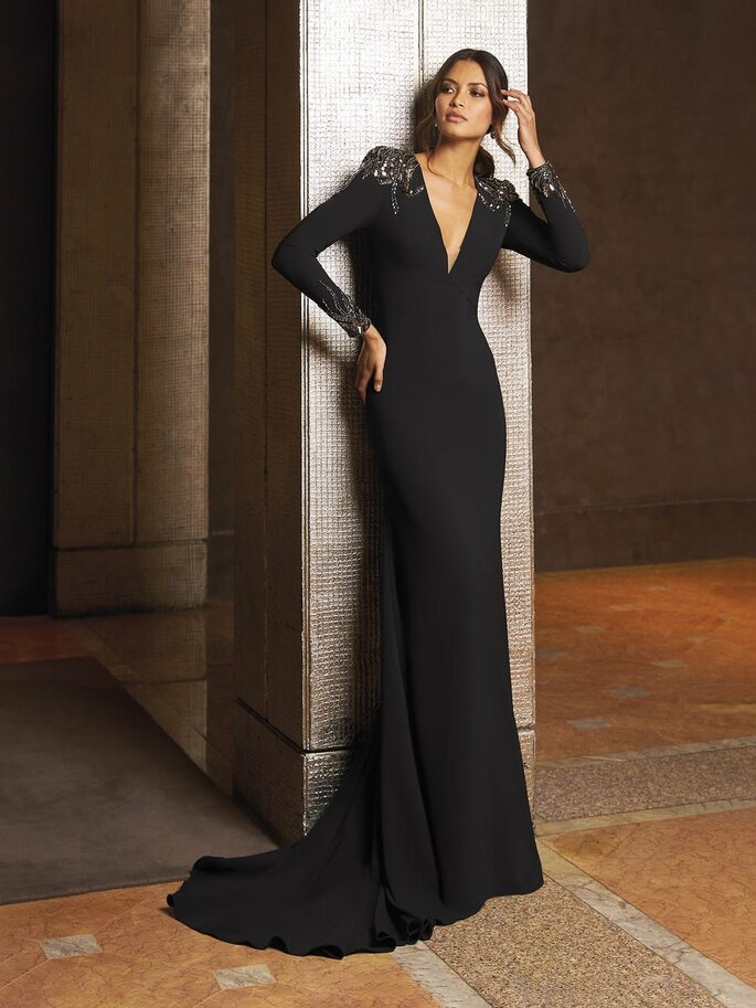 vestido de cerimónia preto comprido justo silhueta mancha comprida decote em V Pronovias 2021