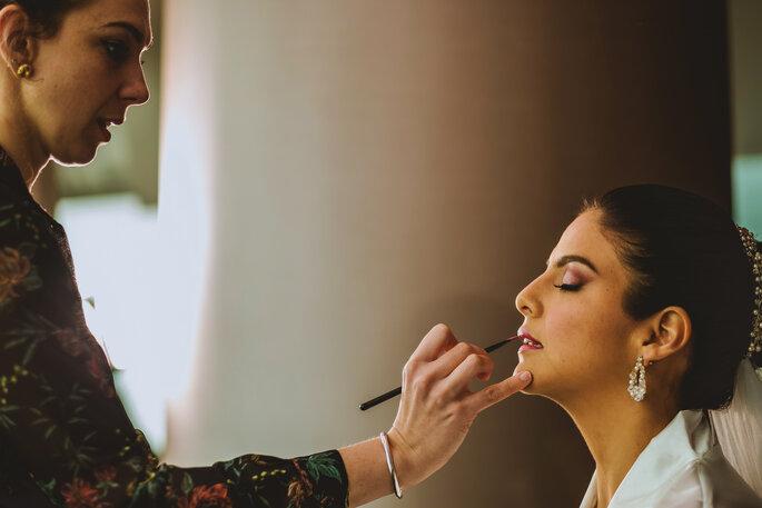 Novia maquillándose para su boda