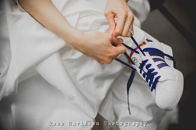 Vestido de novia largo con zapatos de deporte: una combinación inesperada. Foto: