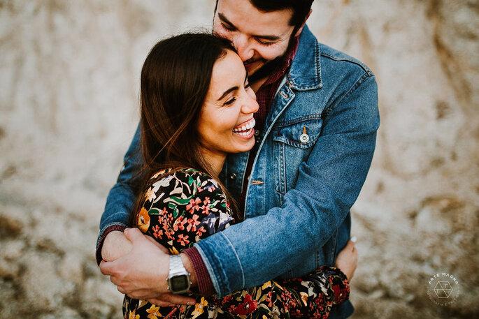 casal namorados abraçado sorridente