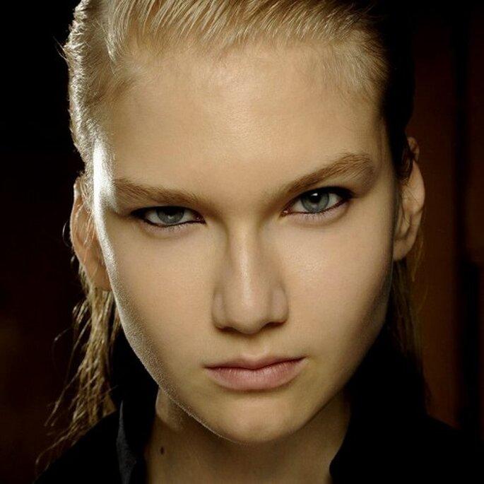 Elige un delineador negro para darle dramatismo a tu mirada - Foto MAC Cosmetics