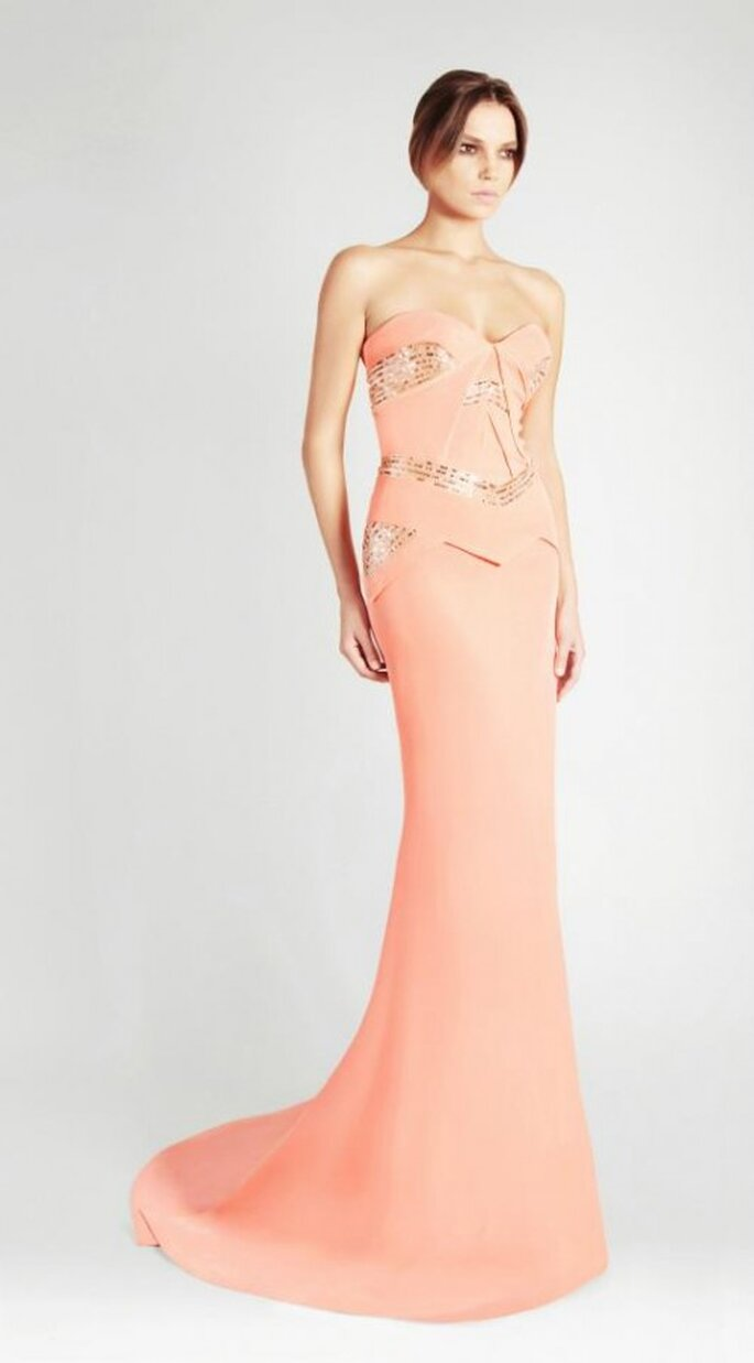 Vestido de novia largo en color naranja sutil con brocados en color oro - Foto Georges Hobeika