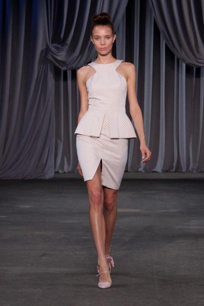 Conjunto de falda y blusa con peplum y corte asimétrico - Foto Christian Siriano