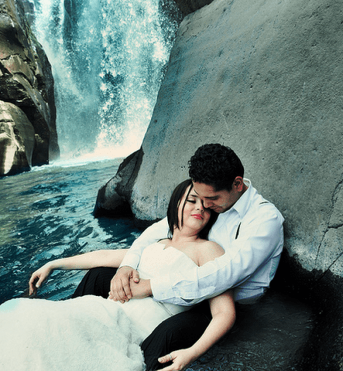 Angie y Rodrigo durante su romántica sesión de fotos Trash the Dress en Tala, Jalisco - Foto Casa Fragma