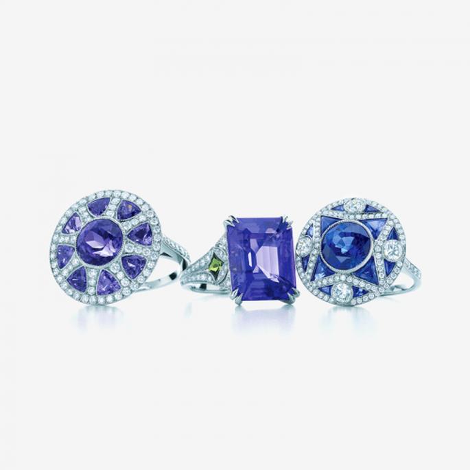 Anillos de diamantes con piedras preciosas en colores azul reales y púrpuras - Foto Tiffany & Co.