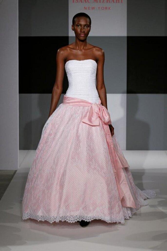 Vestido de novia color rosa con cinto de moño - Foto Isaac Mizrahi for Kleinfeld 2013