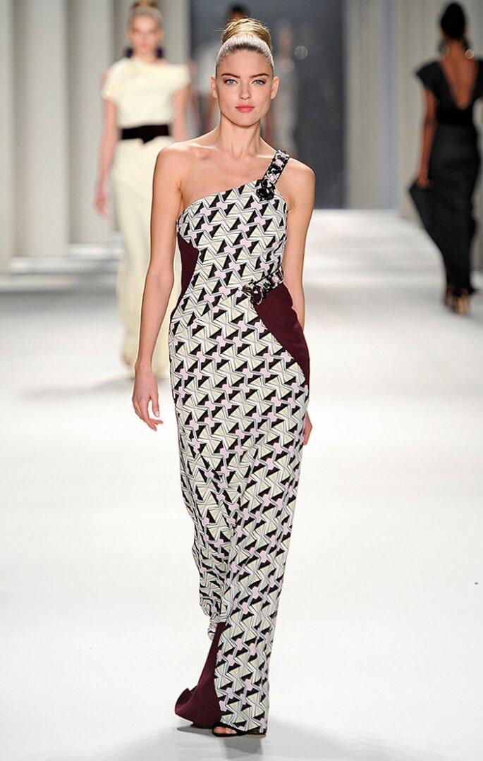Vestido largo de seda estampado con relojes de arena y escote asimétrico con tira bordada. Foto: www.carolinaherrera.com