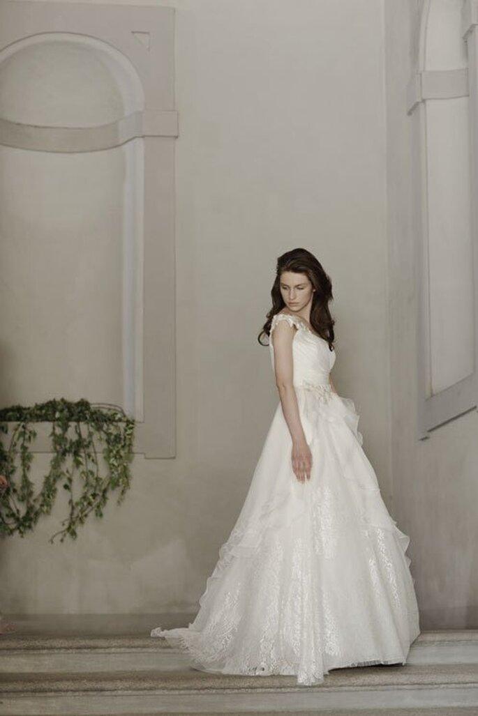 Vestido de novia 2014 inspirado en cuento de hadas con escote asimétrico y falda voluminosa - Foto Alberta Ferretti