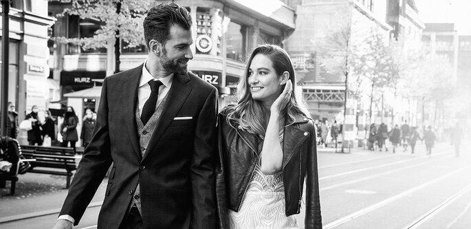 Brautpaar geht hand in hand über die Strasse