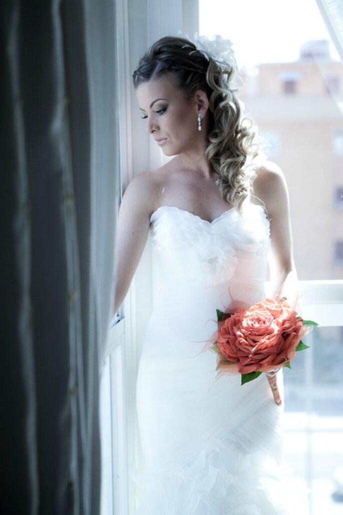 La novia lucía un vestido con escote palabra de honor- Foto: Valentín Gámiz