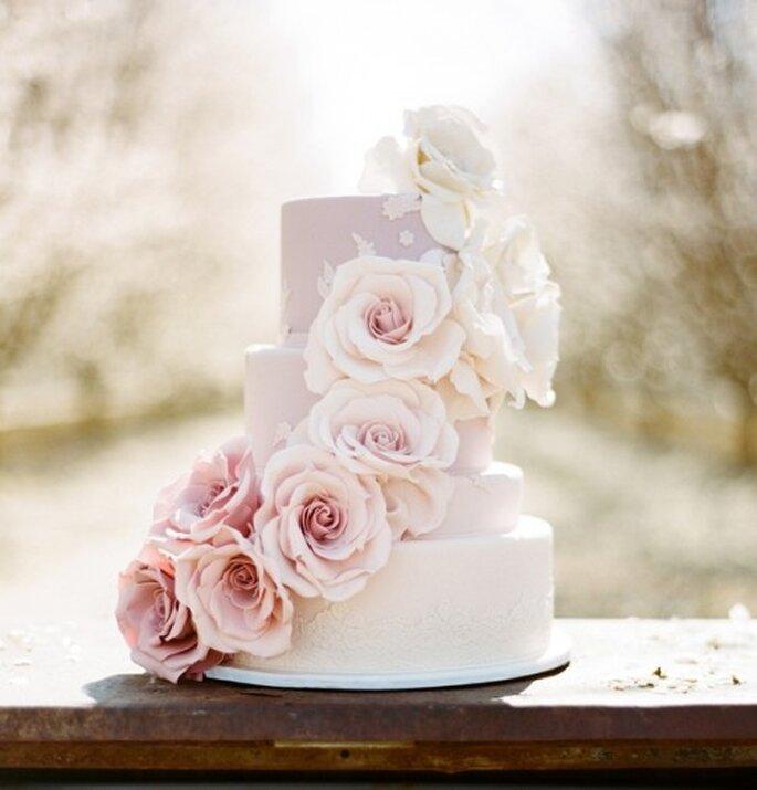 Elige un pastel de bodas con detalles en color rosa pastel - Foto Stephanie Williams