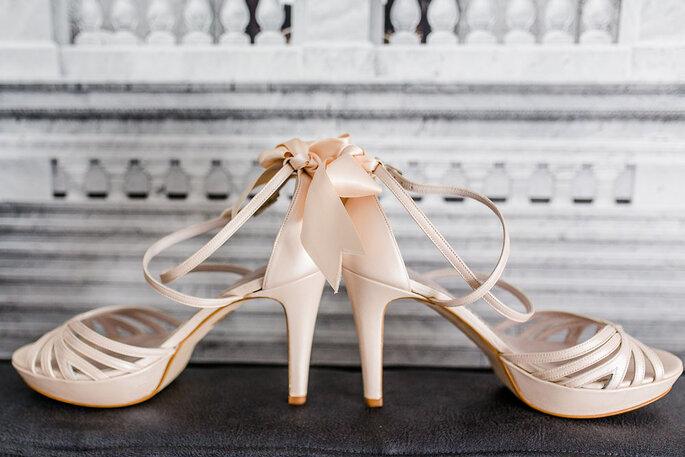 Die Brautschuhe von Enzoani werden im Hotelzimmer des Hotels K7 in Szene gesetzt.