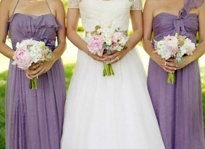Detalle de los vestidos de dama en colores morados - Foto Jen Lynne