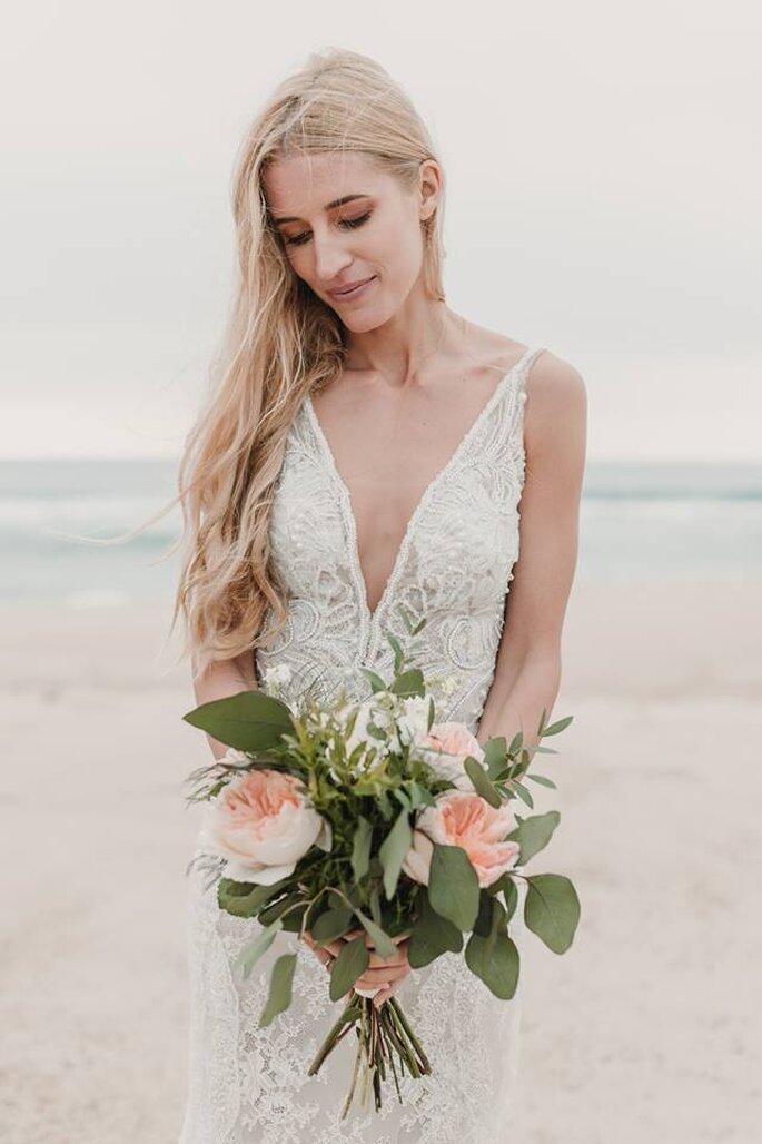 noiva na praia cabelo solto bouquet grande de flores rosa