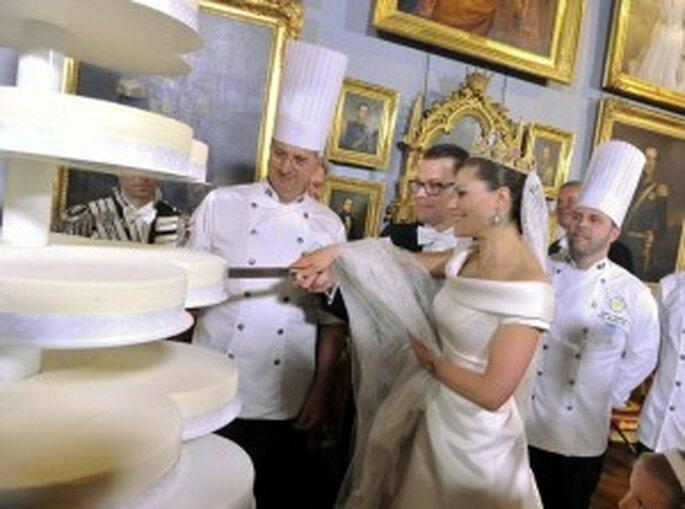 El matrimonio parte la tarta (Efe - Jonas Ekstromer)
