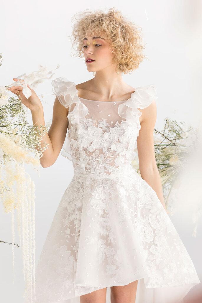 Une robe de mariée courte toute en dentelle et toute en transparence très contemporaine