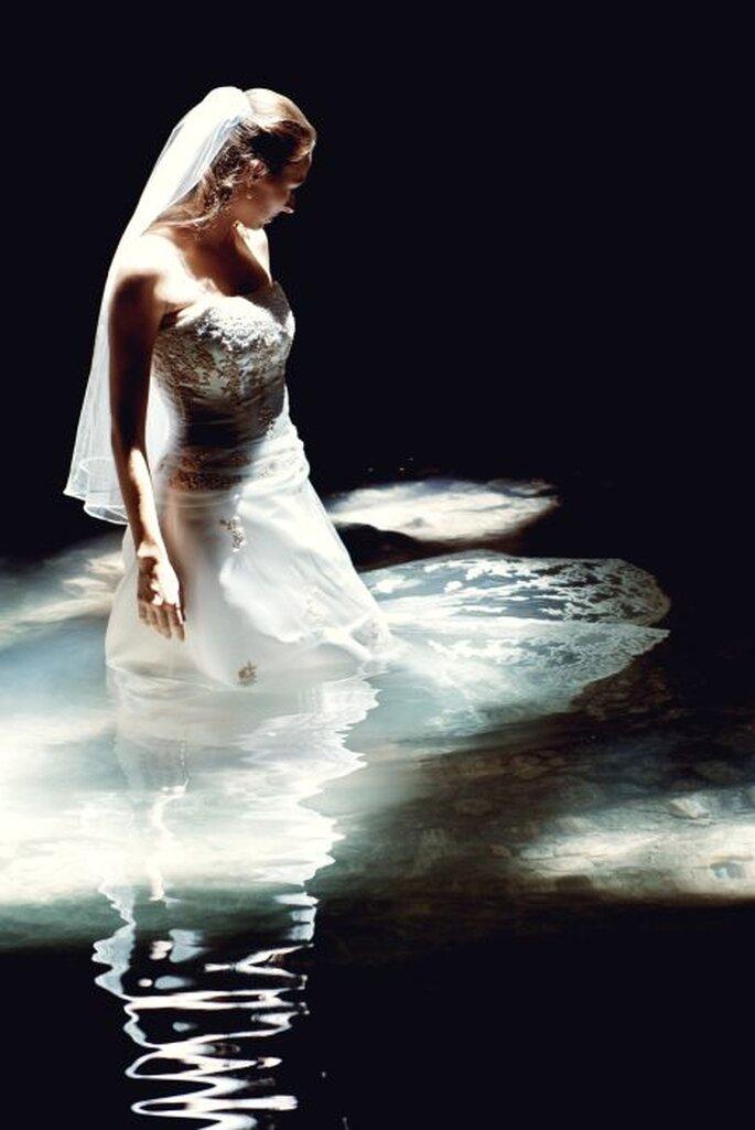El trash the dress es una bonita manera de despedirte de tu vestido. Foto de Abimelec Olán
