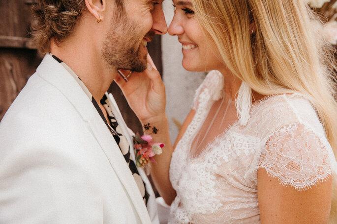 Novios felices en boda moderna