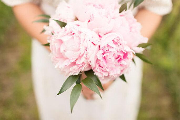 Las peonías en color rosa son una de las flores preferidas por las novias. Foto: 2Rings Trouwfoto