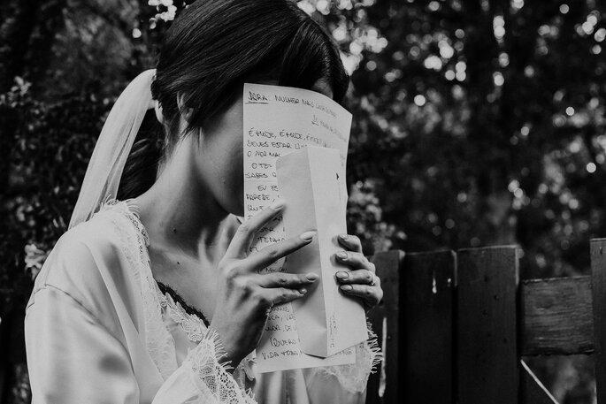 noiva a ler carta do noivo antes o casamento foto a preto e branco
