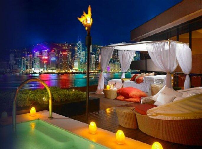 Spektakuläre Terrasse mit Swimmingpool und Chill-out Zone für Ihre Flitterwochen im Intercontinental Hongkong.