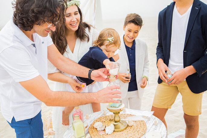 cerimónia da areia com noivos e crianças