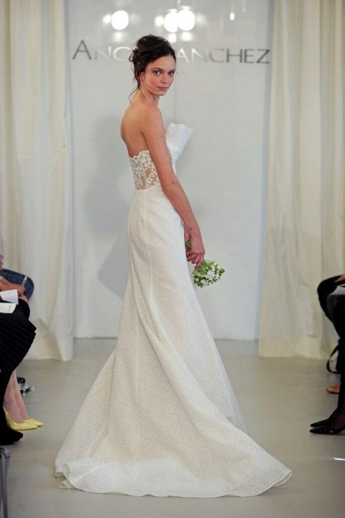 Vestido de novia 2014 en color blanco con detalle tridimensional en el escote y cauda larga - Foto Ángel Sánchez