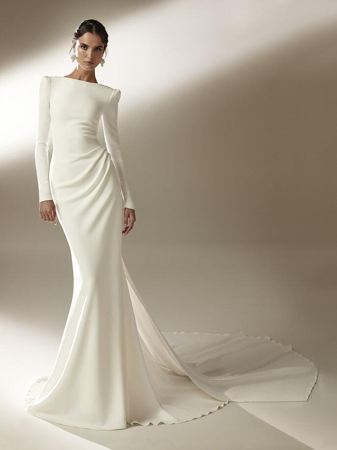 vestido de noiva inspirado em Hollywood justo com cauda volumosa fluida e costas decotadas Pronovias Cruise 2021