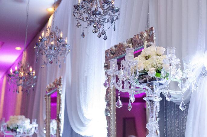 Lámparas y candelabros elegantes en la decoración de la boda. Foto: Natalie Brenner