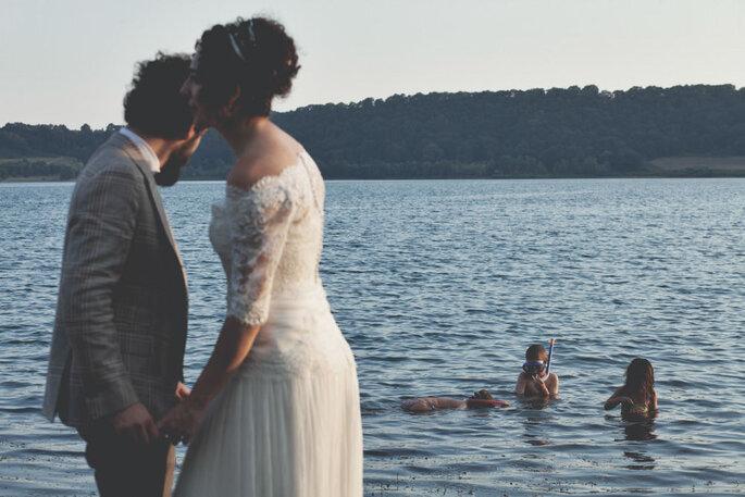 Scatto di coppia sposi lungomare