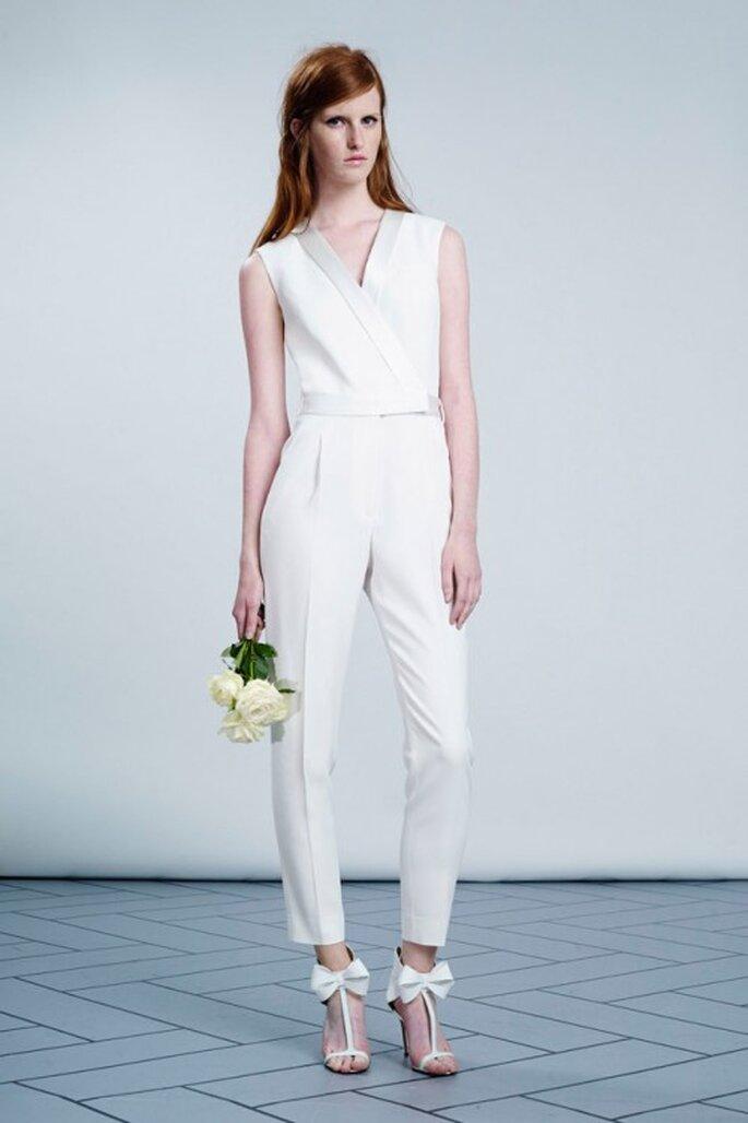Elegante traje jumpsuit sin mangas para novias - Foto Viktor & Rolf