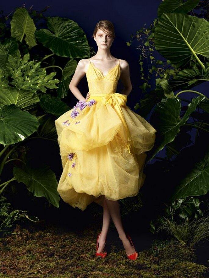 Vestido de fiesta en color amarillo con doble falda y detalles de flores en relieve de color lila - Foto YolanCris