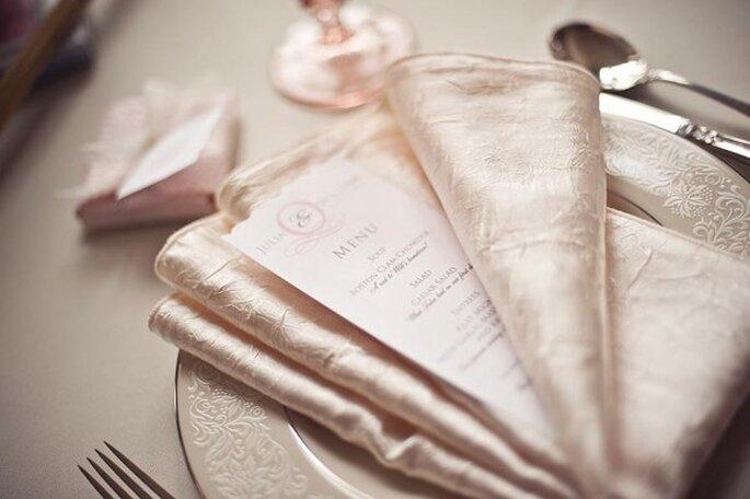 Mesa decorada en tonos sueves estilo vintage. Foto: www.thesweetestoccasion.com