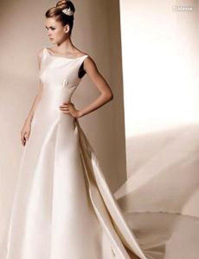Valentino 2010 - Eridanus, vestido largo en seda, corte A, escote barco