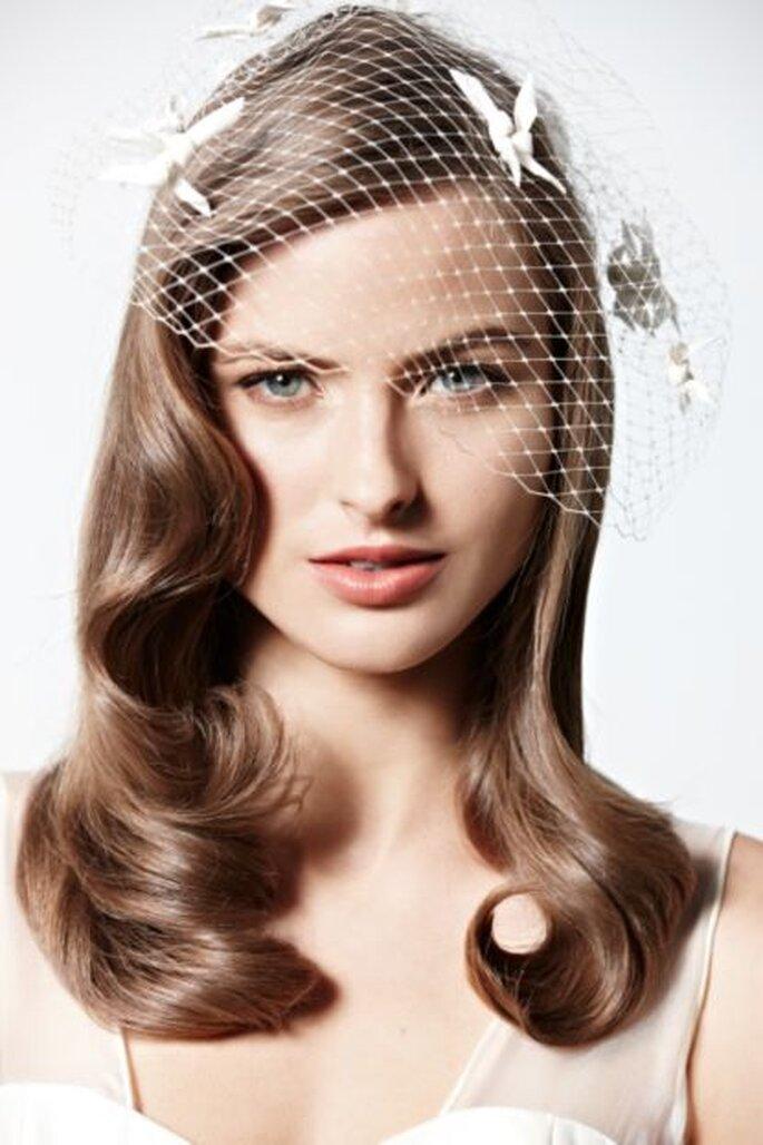 Kurze Brautschleier sehen besonders bei offenem Haar elegant aus – Foto:bhldn
