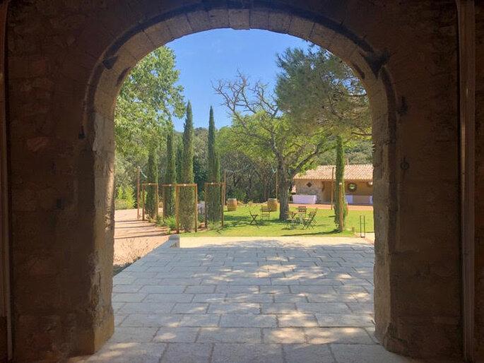 Un arche provençale donnant sur un joli parc arboré