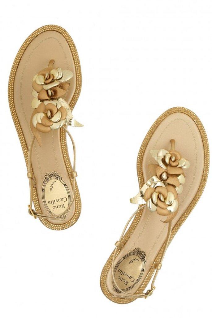 Elige unas sandalias de piso en color dorado para tu look de novia - Foto René Caovilla