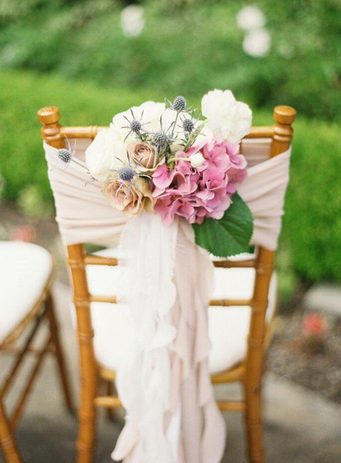 Decoraciones súper originales para las sillas en tu boda - Foto Desi Baytan Photography