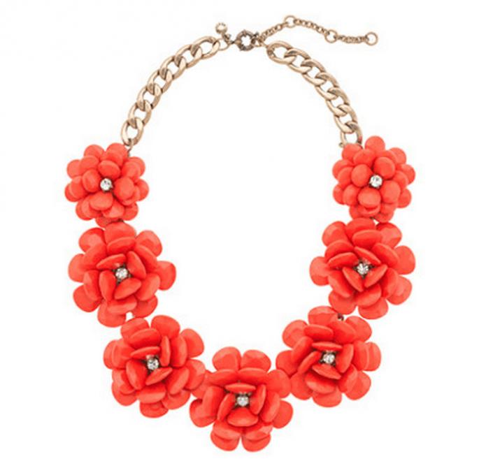 Collar en color rojo cubierto con flores para agregar a tu mesa de regalos online Zankyou - Foto JCrew