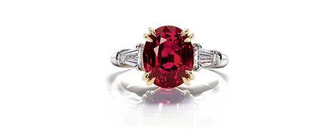 Sorija con rubí central ovalado con montura de oro y platino, de Harry Winston