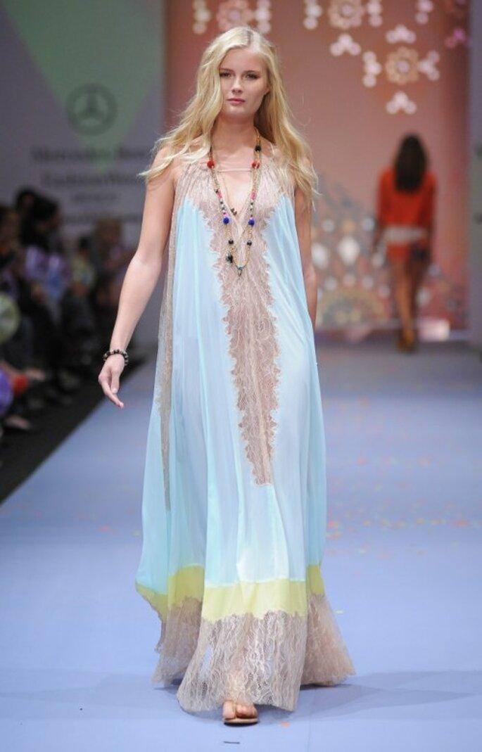 Vestido holgado en color azul cielo y amarillo para tu luna de miel - Foto Mercedes Benz Fashion Week México