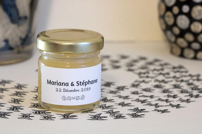 Un petit pot de miel de lavande à donner en cadeau à vos invités le jour de votre mariage