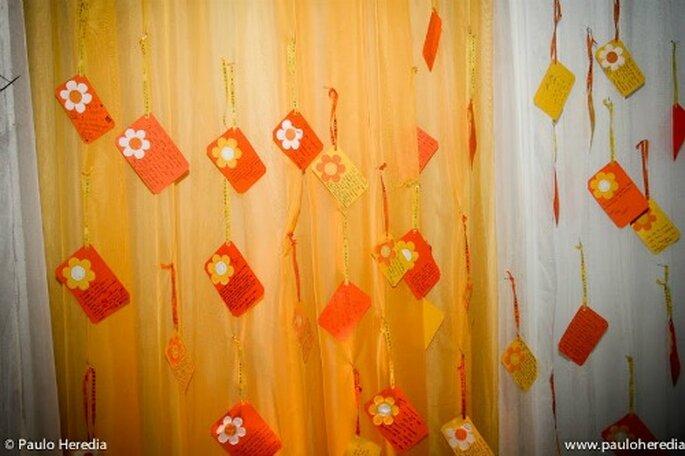 Peinture murale composée d'étiquettes faites par la mariée : une idée géniale ! Photo : Paulo Herédia