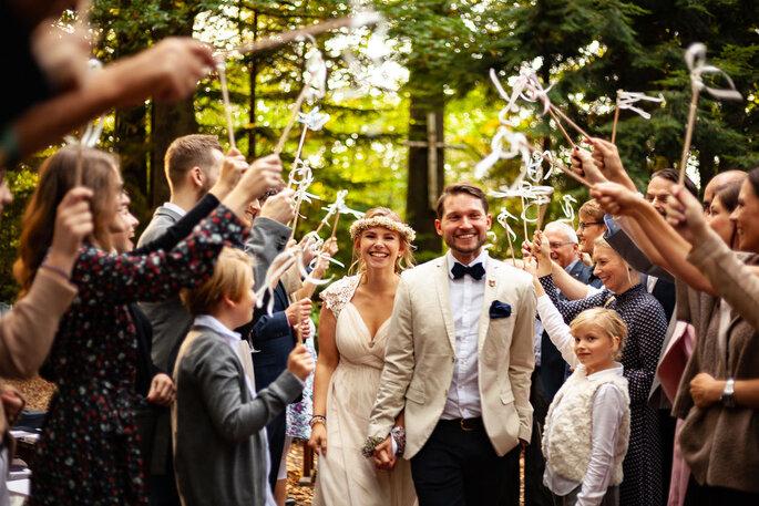 Brautpaar umgeben von Freunden