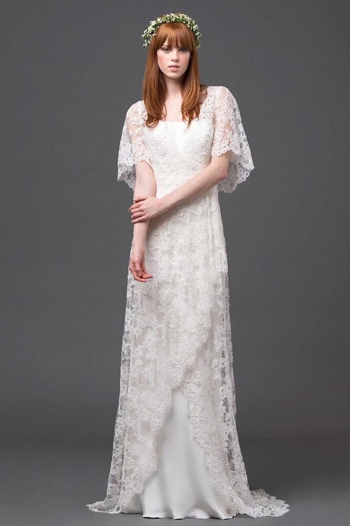 Vestido de novia de silueta simple con capa de mangas cortas estilo mariposa y hermosos bordados de encaje - Foto Alberta Ferretti