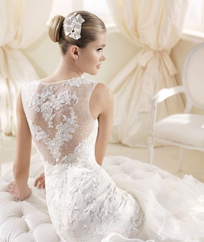 Vestido de novia con marco en la espalda cubierto de bordados y transparencias - Foto La Sposa